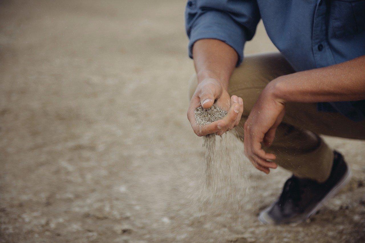 Значение и происхождение фразеологизма «Пускать пыль в глаза»